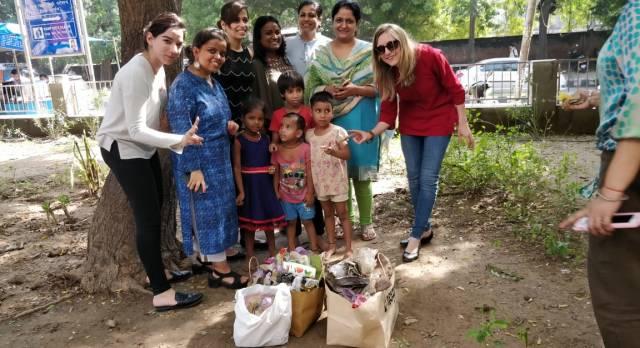 Die Mitarbeiter von Enchanting Travels Indien beim sauber machen in einem Park zusammen mit dem Projekt