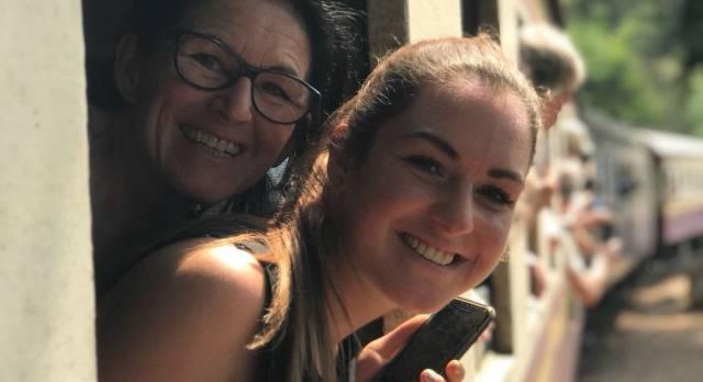 Enchanting Travels Gast Laura Frey schaut aus dem Fenster eines Zuges in Thailand