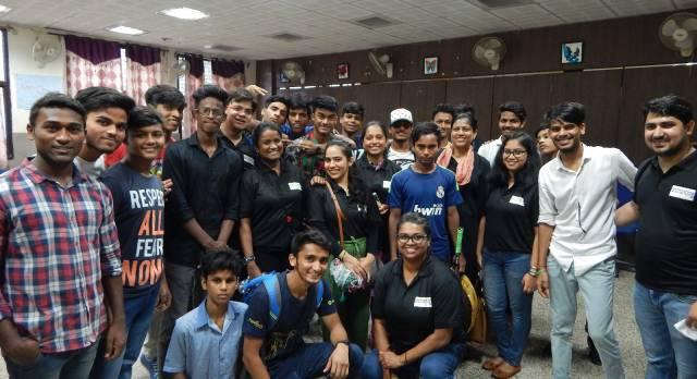 Eine Gruppe von Menschen in Indien bestehend aus Mitarbeitern von Enchanting Travels und Salaam Balaak