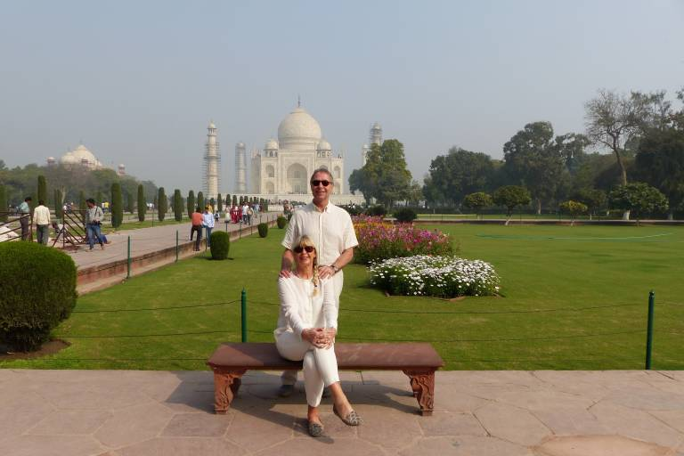 Paar posiert vor dem Taj Mahal in Uttar Pradesh, Indien