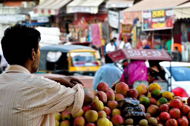 Verkäufer an Straßenstand in Delhi, Indien