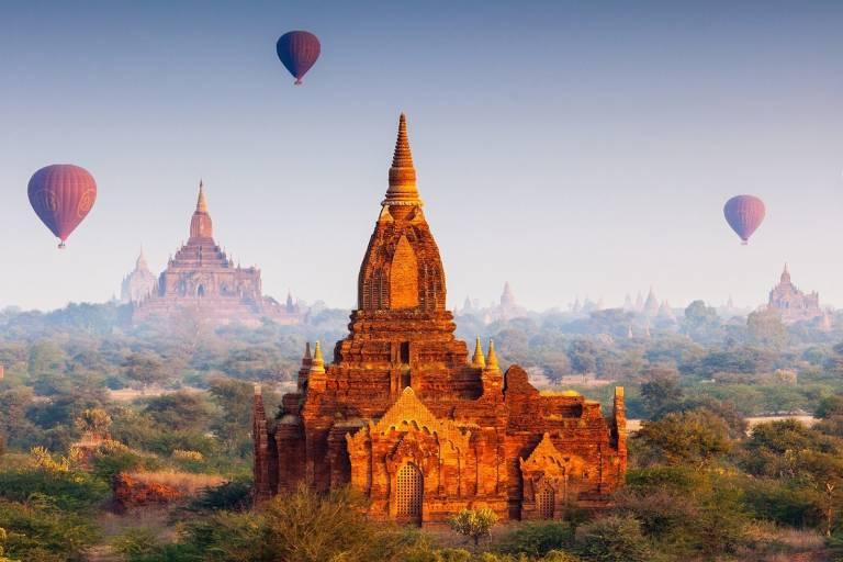 Viele Heißluftballons über den Tempeln von Bagan in Myanmar