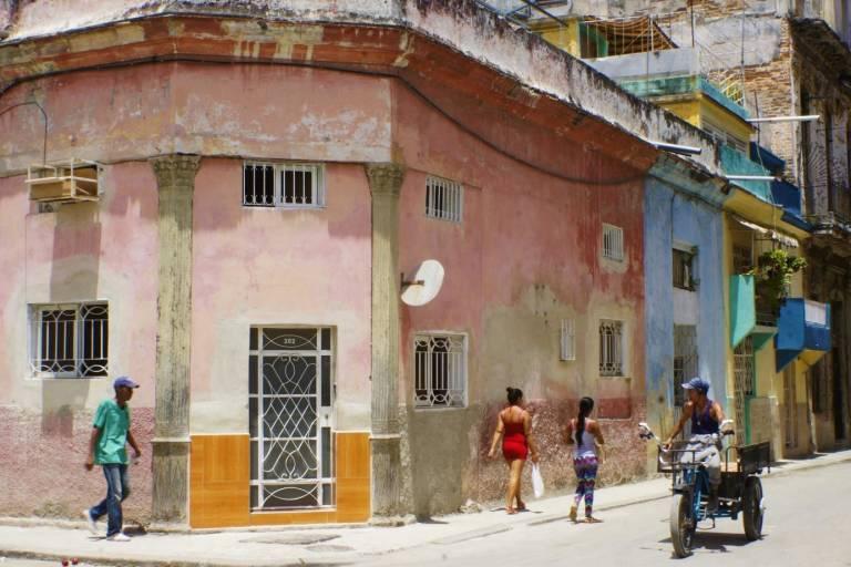 Straßenszene mit verwitterten Hausfassaden in Kuba
