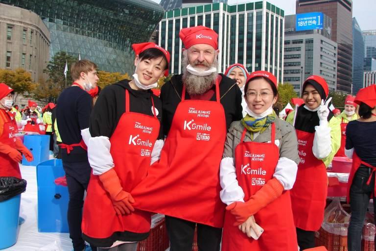 Gruppe von Menschen mit Kochschürzen auf einem Kochfestival in Seoul, Südkorea