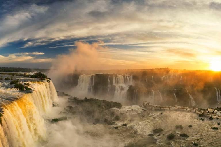 Iguazu-Wasserfälle bei Sonnenuntergang