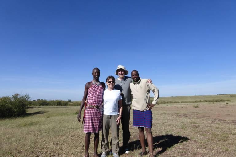 Gruppenfoto vor den Weiten der Savanne von Kenia, Afrika
