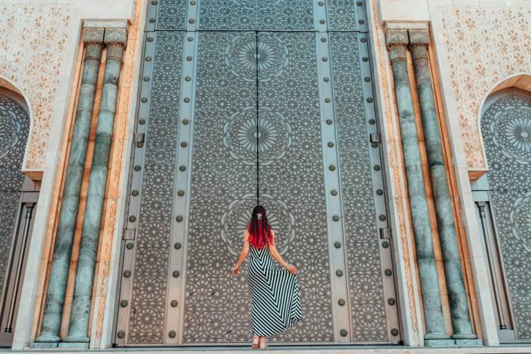 Eine Frau steht vor der größten Moschee Hasan II in Marokko, Afrika