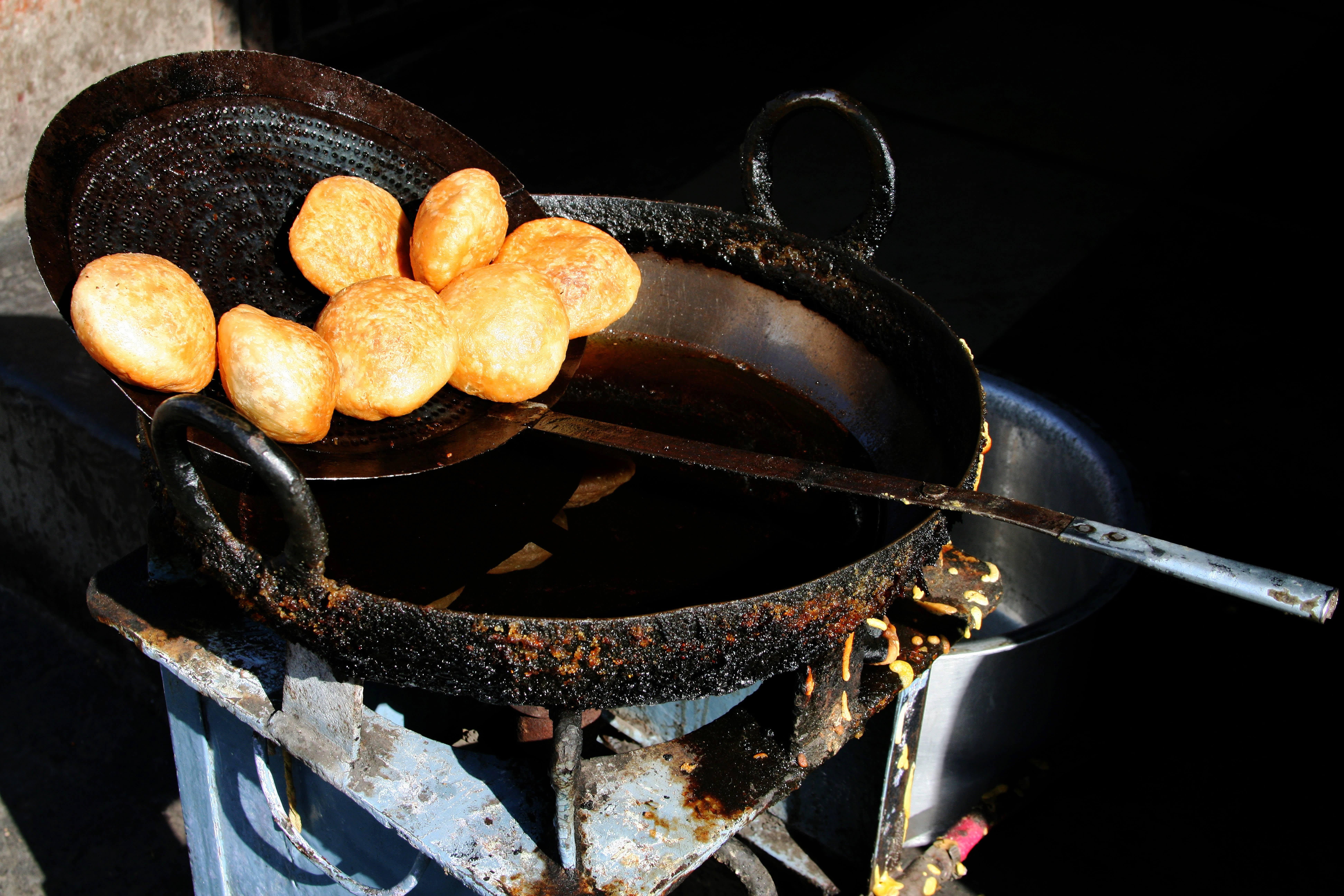 Köstliche frittierte Bällchen auf einer Street Food Tour in Old Delhi