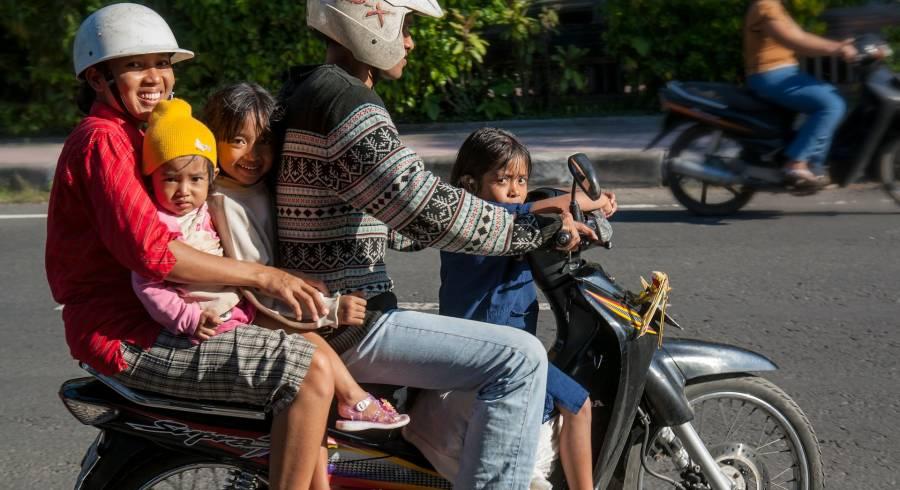 Familie auf einem Motorrad auf Bali