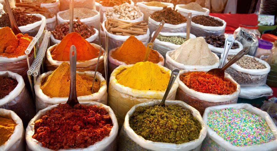 Farbenfroher Markstand in Goa