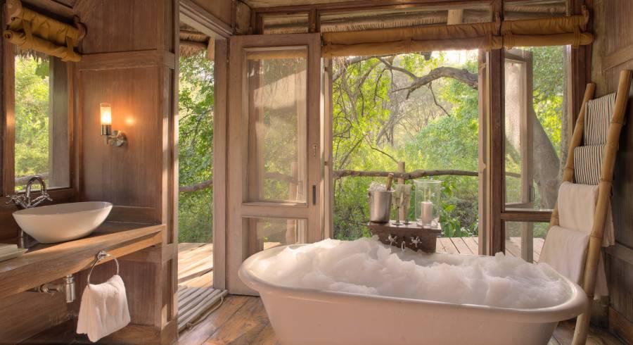 Luxus-Badezimmer mit Badewanna in der Lake Manyara Tree Lodge