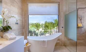 Beachfront Suite Master bathroom