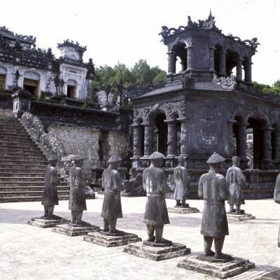 Khai Ding Tomb, Mandarin Statues