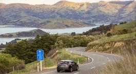 eine Autobahn mit einem Berg im Hintergrund