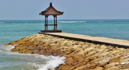 ein felsiger Strand am Meer