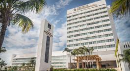 eine Palme vor einem Gebäude