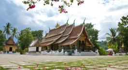 eine Gruppe von Liegestühlen auf dem Wat Xieng Thong