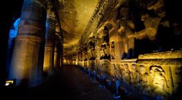 Beleuchtete Hu00f6hlenkunst in historischer Stadt in Aurangabad, Indien