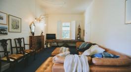 ein Wohnzimmer mit vielen Möbeln