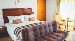 ein Hotelzimmer mit Bett und Stuhl