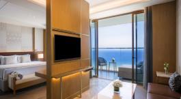 ein Hotelzimmer mit großem Fenster