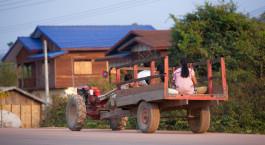 ein Lastwagen, der eine Straße vor einem Haus hinunterfährt