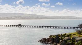 eine Brücke über ein Gewässer