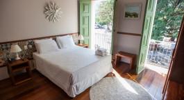 ein Schlafzimmer mit einem großen Bett in einem Zimmer