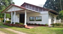 ein kleines Haus in einem Hof