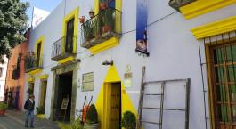 ein gelber Hydrant an der Seite eines Gebäudes