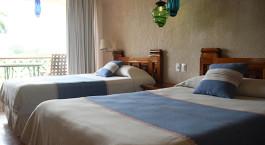 ein Schlafzimmer mit einem großen Bett in einem Hotelzimmer