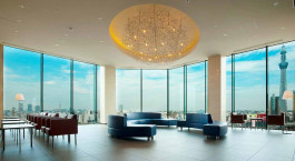 ein Raum mit Möbeln und einem großen Fenster