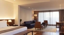 ein Hotelzimmer mit Möbeln und einem großen Fenster