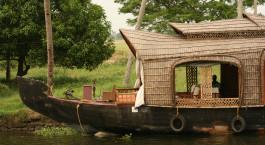 ein kleines Boot in einem Gewässer