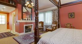 ein Schlafzimmer mit einem Bett in einem Hotelzimmer