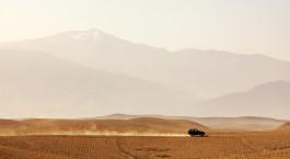 Jeep vor Hu00fcgeln in der Agafay-Wu00fcste in Marokko