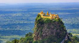 Blick auf die Burg Hohenzollern mit einem Berg im Hintergrund
