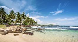 Strand mit Felsen und Bu00e4umen in Balapitiya, Sri Lanka
