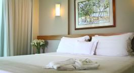 ein großes weißes Bett in einem Zimmer