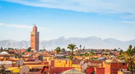 ein großes orangefarbenes Gebäude