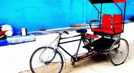 Fahrradrikscha auf der Strau00dfe in Delhi, Indien