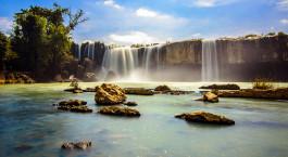 ein großer Wasserfall über einem Gewässer