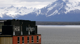 ein Schild mit einem Berg im Hintergrund