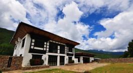 ein Haus mit einem wolkenverhangenen blauen Himmel