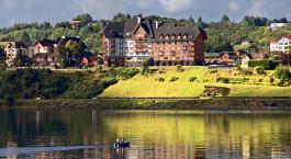 eine Burg auf einem See, umgeben von einem Gewässer