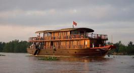 ein kleines Boot in einem großen Gewässer mit Mekong im Hintergrund