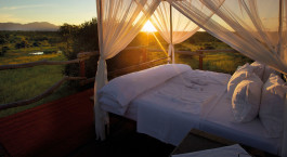 Doppelbett im Freien im Kapama Southern Camp, Kru00fcger in Su00fcdafrika