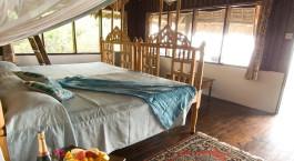 Zimmer mit Doppelbett in der Lazy Lagoon Island Lodge in Bagamoyo, Tansania