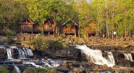 ein großer Wasserfall über einem Fluss in einem Wald mit Babcock State Park im Hintergrund
