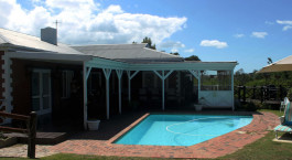 Swimmingpool in der Redbourne Country Lodge Su00fcdafrika